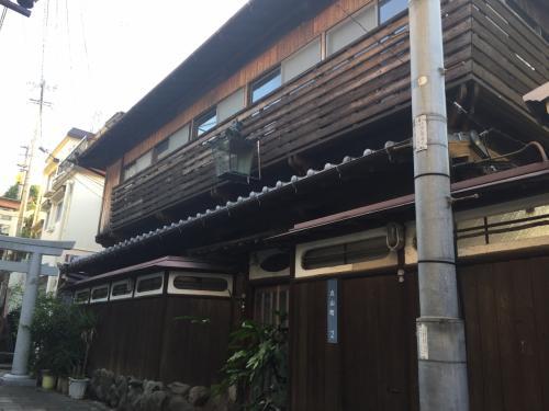 そのちょっと下にこの風格のある建物がありました。こんな贅を尽くした建物をあまり見たことがありません。やはり長崎、歴史の街です。きっと探せばもっと多くの味わい深い和風建築が残されているんでしょうね。<br />今度は出張ではなく、最低2泊三日できておなか一杯になるまで散策をしたいと思いました。<br />