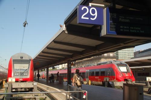 私たちが乗車する列車は二十九番ホームから発車する。