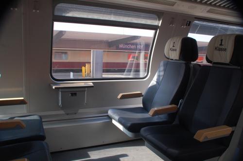 今回もユーレイルパスを活用するのでファーストクラスを利用。席にゴミ箱が付いているのがヨーロッパの列車の特徴である。利用客にとっては便利だが、列車の清掃係の人たちは大変だろうと思う。