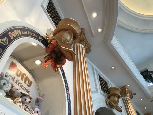 店内の雰囲気が洒落た装飾...ディズニーは芸が細かくてパーク全体の雰囲気が大好きです。<br /><br />タワーオブテラーの前に、次のニモ&フレンズシーライダーのファストパスを取りにポートディスカバリーエリアに向かいました。