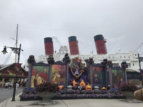 大きな船、コロンビアの前で今年もハロウィンバージョンのフォトスポットになってました。<br />撮りたかったですが、こちらも列になっているため諦めました。