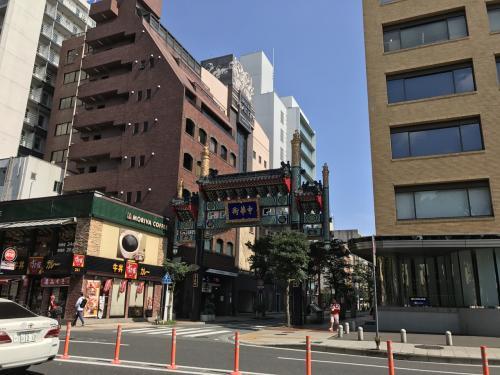 横浜スタジアムから歩いて2.3分で中華街の門が見えて来ました。
