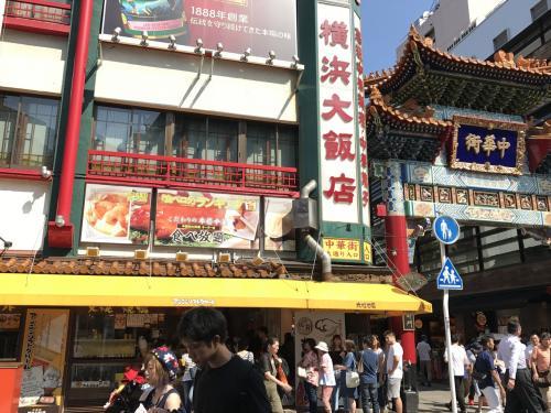 横浜大飯店が見えてきました。こちらは杏仁ソフトクリームで有名のようです。<br />もちろん店内でも美味しい中華がいただけます。