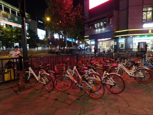 上海、杭州ともにいたるところにモバイクが置かれており、アプリで検索することなく自転車は見つけられると思います。