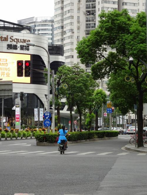 上海、杭州ともに大きな道路には車の車線、その横にバイクと自転車の車線が別にあってなかなか走りやすかったです。馴れるまではちょっと怖いですが。