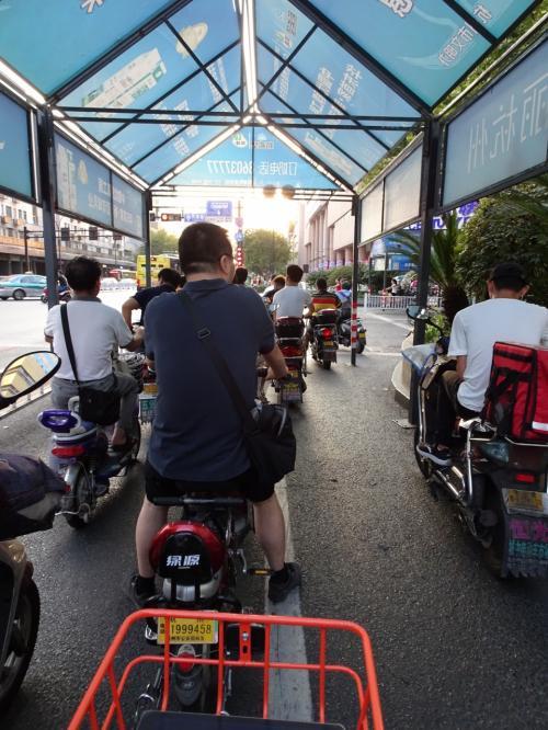 信号待ち。中国のバイクは電動みたいで、排気ガス臭くないんですね。