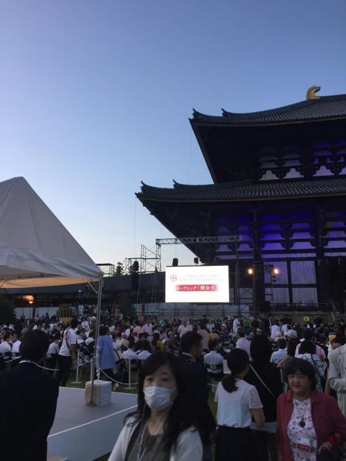 真ん中の席に国、地方自治体の役人の方が着席し、両サイドに抽選で当たった下々約2,000人が囲みます。全く官尊民卑の世界です。<br />皇太子両殿下は写真左のテント内で観覧なされます。