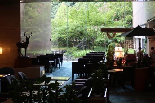 奈良フジタホテルで泊まりました。<br />奈良ホテルなどの名門の下にあり、新興のお安いホテルには突きあげられ、このような古い観光ホテルの営業は大変かと思います。<br />だからこそサービスに力を入れている姿を垣間見れ、好感を持ちました。