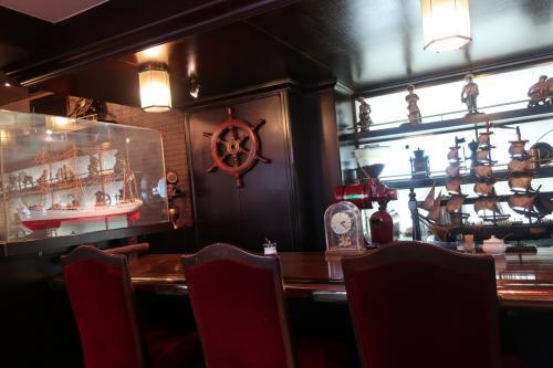 中は船関係の装飾品で飾っています。<br />若いアベックが一組いました。よく若いのにこんな所へ・・