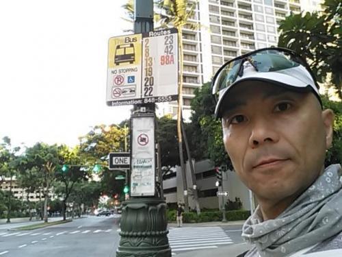 6:47 エバホテルの近くのバス停(Kuhio Ave + Paoakalani Ave)
