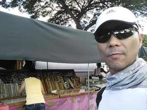 8:52 オカヤンとRIKAにはピアス、YUMIにはネックレスを購入!<br /><br />黄色の服の女性は客ではなく、店員のオバチャンです!<br /><br />日本語OKでした!