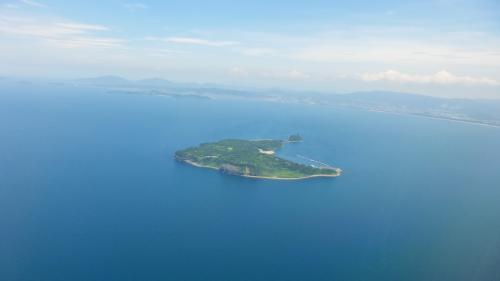 =参考写真=<br /><br />福岡空港に、北(海)側から着陸する飛行機の左側機窓から見られるのが、この猫パラダイス島である、相島です。