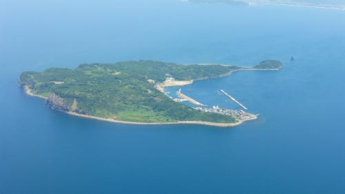 =参考写真=<br /><br />福岡空港に着陸する飛行機から見た相島。