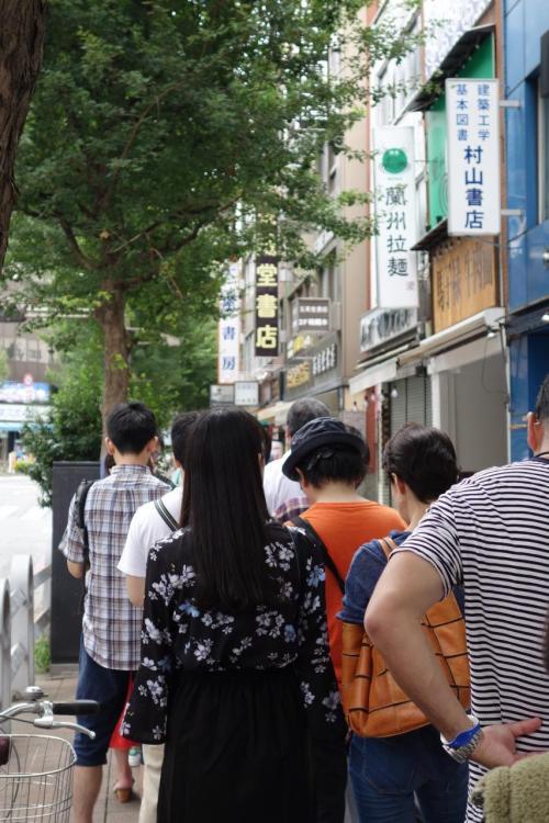 こんな地味?な食品、並ぶんやぁ。もう30人くらいは並んでるでしょうか?わたしの後ろにも続々と。牛肉面ですから、中国語も聞こえてくるし、ムスリムな女性も並ばれてますな。<br /><br />店側に並んでおりましたが、10分ほど経つと、お店の方が出てきて、歩道の道路側に列を誘導です。