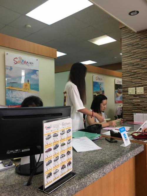 こちらでは 3人の方が仕事中・・・<br />しかしここでも初めは日本語が通じず ちょうど真ん中の髪の毛の長いお姉さんが<br />少しならわかりますと言われたので本当に助かりました<br />彼女は サイパン生まれの中国人で 両親は勿論中国人 <br />日本語が上手なのは少し日本人の先生について お勉強をされたらしく <br />これくらい話せたら 日本にも観光でこれますよ と・・・ほめておきました