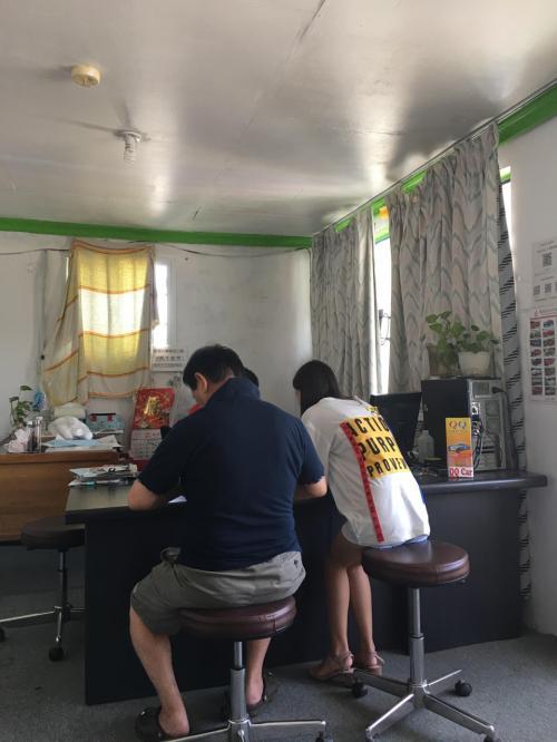 ここで私が後ろから写真を撮りましたが ここにコメントを付けるとしたら・・・<br />日本人の男性が フィリピン人の女の子に いたずらして 警察に連れてこられたような ・・・そんな場面に見えませんか??<br />この写真を取りながら おかしくて 一人で笑っていました<br />なんだか確かに怖そうなおじさんでしたので写真は撮れませんでしたが 200ドルの補償金をカードで切られ ・・・ もし事故があったら 全額支払いますという念書を欠かされ、まあ そんな感じの1枚の写真です
