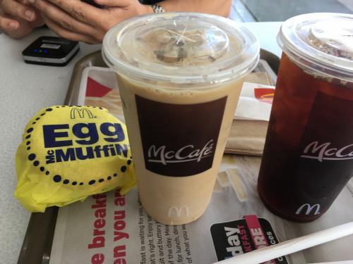 エッグマフィンのセットですが セットは 小さなサイズのホットコーヒーでしたので それをちょっと 大きめのアイスコーヒーに変えてもらったら +70セント追加でした