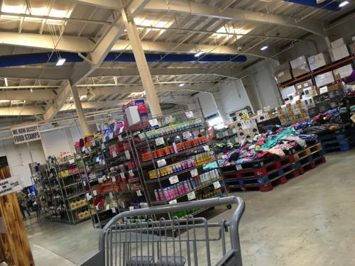 こちらは コストコみたいに大量買いするスーパーです