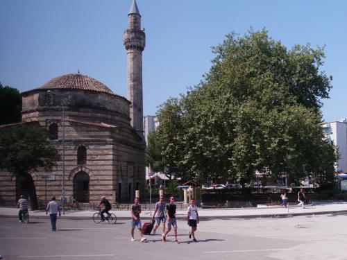 ようやく街に入りました。<br /><br />ヴローラのモスクです。