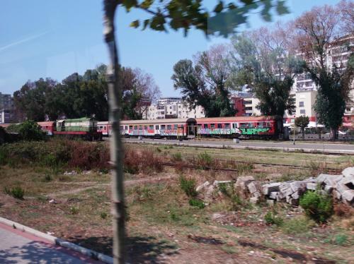 先を急ぎます。デュラスに入りました。<br /><br />ようやく稼働している鉄道を目にしました。
