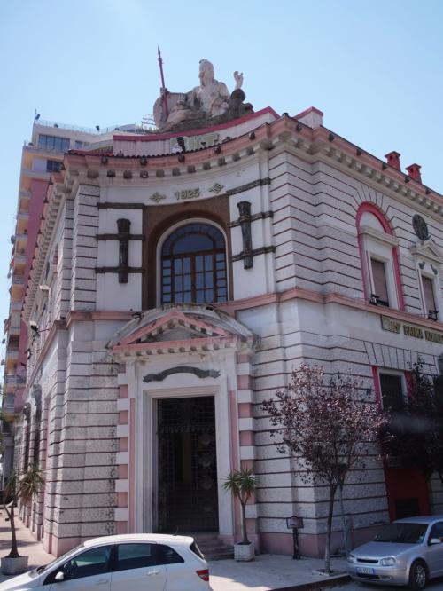 デュラスは紀元前7世紀、ギリシャ人の植民によって始まった街。<br />ローマ時代の円形劇場はバルカン半島最大なのだとか。<br /><br />街にはこんなにかわいい建物もありました。銀行のようです。