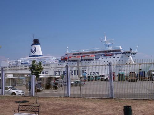 港には大きなフェリー。イタリアとの間にいくつも定期航路があるようです。