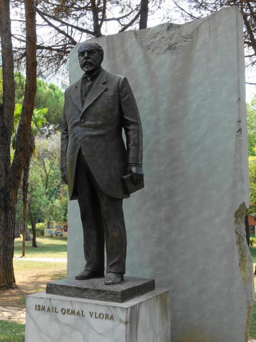 オスマントルコからの独立の立役者、イスマイル・ケマル・ヴローラの像。