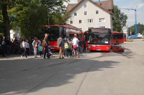 フュッセンに着いた私たちは、ホーエンシュヴァンガウ村まで路線バスに乗車した。フュッセンで降りたたくさんの人たちが利用しているので、着いて行けば良い。観光客が多いため、バスは一度に複数台出ている。