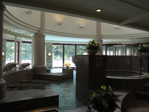 プールの内側はスパコーナー。ジャグジーやミストサウナがあります。