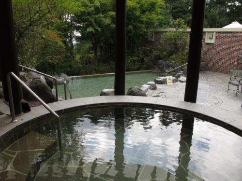 隣接して、天然温泉の露天風呂もありました。まだ誰も入っていません。