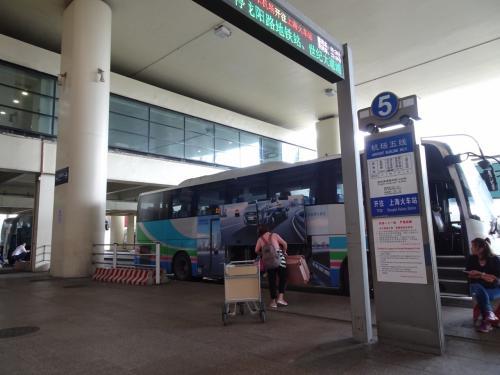 羽田での乗継1時間、結構ギリギリでしたが無事に乗継して、定刻通りに上海浦東空港到着。ホテルのある上海駅までバスで向かいました。バス料金はバスの中で係の女性が集めに来ます。手持ちの中国元35元。料金は22元。