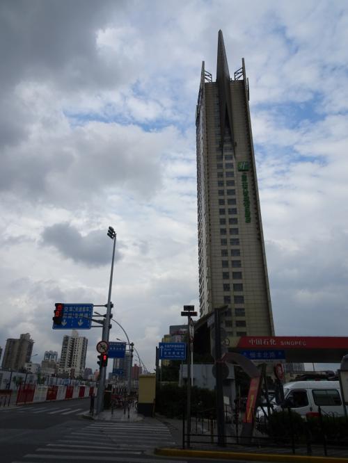 バスが着くのは南口。私のホテルは北口。南口から北口まで線路を越えるのに苦労しました。駅の西側から回ってみた所、地下トンネル発見。バスを降りてからホテルまで30分位かかりました。ちなみにこのトンネルは自転車でも通行可能です。上海駅北口に行くなら、乗り換えがあってもバスより地下鉄の方が良いかもしれません。*1号線は遠いので、3号線か4号線に着く様にすると便利です。