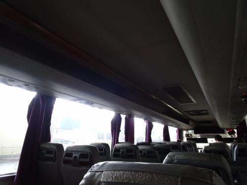 結構くたびれた感のあるバス。第1ターミナル、第2ターミナルを経由して何ヶ所か寄りながら上海駅へ。