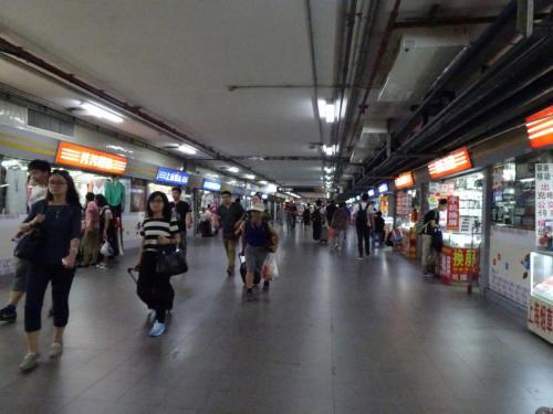 南北をつなぐ地下通路は商店街になってます。