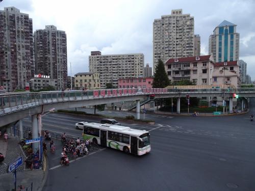 地下鉄8号線「曲阜路」の大悦城に向けて歩きました。