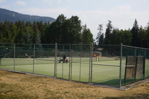 テニスコート発見!!<br />いつかここに泊まったら、ここでテニスもしたい♪<br />旦那さんは『旅行先に来てまですることはない。ここでしかできないことに時間を使った方がいい』と、いつも言われてしまいます(^^ゞ<br />だから、たとえこれたとしても…出来ない(笑)