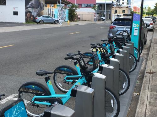 今年からスタートしたBIKI 自転車レンタルサービスの停留所?があります。ワイキキエリアを車で運転される方は利用している人が多いので気を付けましょうd( ̄  ̄)