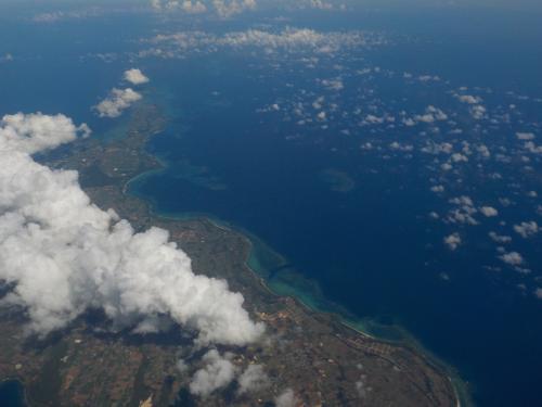 定刻より10分遅れでしたが、無事に那覇空港を飛び立ち、一路、石垣島へ。<br /><br />途中、宮古島が見えてきました。