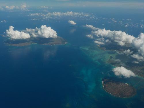 写真の左側に伊良部島・下地島。右側が宮古島と来間島。<br />写真だと、これまた見にくいですが、伊良部大橋・来間大橋や下地島空港も見えました(^-^)
