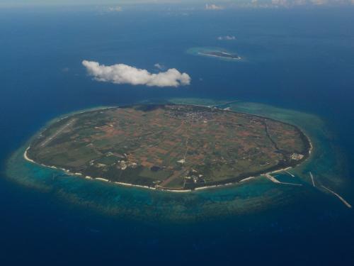 多良間島と、奥に水納島。