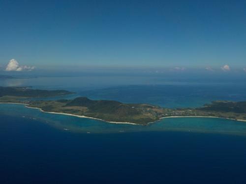 石垣島が見えてきました。<br />もうすぐ着陸ですね。<br /><br />沖縄→石垣便は右側の窓側(JTAの場合 K席)に限りますね。<br />途中の島々を見る事が出来ますからね。