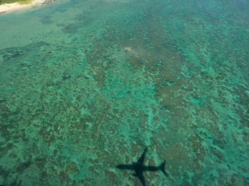 着陸する間際の白保海岸上空。<br /><br />自分の乗っている飛行機の影がくっきり映ってます。