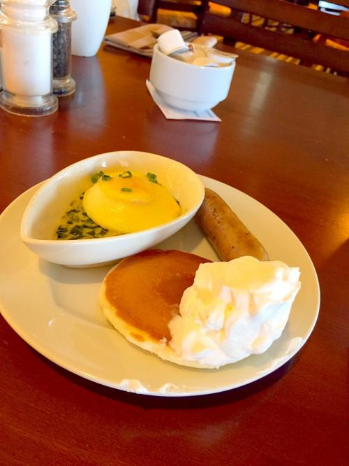 アワビ食べたし、無料だから食べても食べなくてもどっちでもいいや…という、やる気のない朝食。<br /><br />まあまあ美味しかったけど、毎日メニュー変わらないからツマラン…^^;