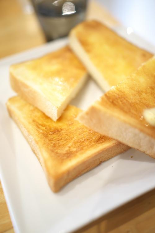 さて、ここのパーラーでは浅草名物ペリカンのパンを食べられるのです。<br />サンドイッチのパンしかり、トーストももちろんペリカンの食パンだそうです。<br /><br />うわさには聞いてましたが、食感が独特ですね。<br />もっちり感が強くて、パンの風味がかなり強いです。<br />トーストだと外はパリッで中はフワフワをイメージしますが、ペリカンのパンにはフワフワ感はありません。<br />硬いと言ってもいいでしょうね。<br />これは好き嫌いが分かれるところかもしれません。<br />でもバターがたっぷり塗られたトースト。<br />久しぶりに食べたので、とても美味しかったです。