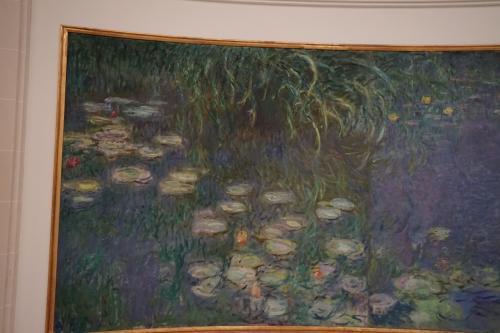 美術館1階の二つの楕円形をした大きな部屋の壁に、8点の巨大なモネの『睡蓮』が飾られています。