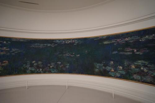 オランジュリー美術館ではまず1階のモネの睡蓮の部屋に入りました。<br />ここオランジュリー美術館は、モネの「睡蓮」のために作られた美術館とも言いえます。