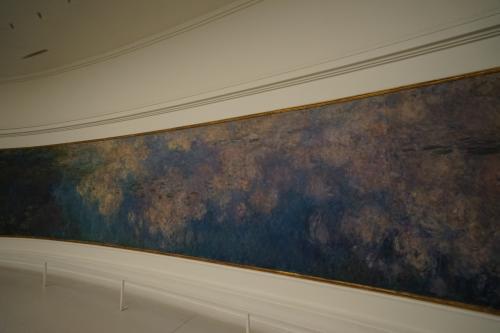 クロード・モネが、人生最後に計画したのが、「睡蓮」の壁画で四方を飾った美術館を設立すること。そのために、死去する直前まで、8連作もの睡蓮画を描き続けています。