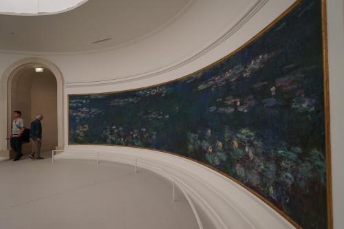「睡蓮」は、モネが住んでいたパリ近郊の村・ジヴェルニーの自宅にあった「水の庭」からインスピレーションを得て描かれたもの。モネは光の変化とリズムによってこの庭を表現することに没頭し、1886年からその生涯を終える1926年までのあいだに200点以上の「睡蓮」を制作しています。