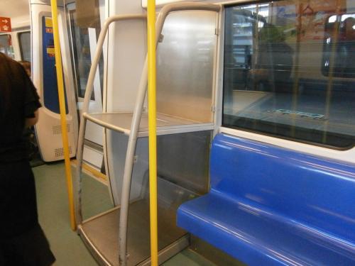 台湾と同じような固いつんつるてんの座席。