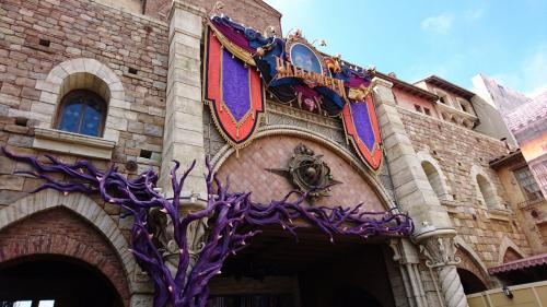 今年の城門の装飾に、大きなイバラの木が登場。